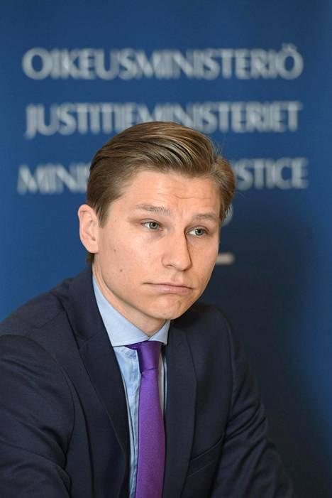 Oikeusministeri Antti Häkkänen on pyytänyt selvitystä lapsiasiavaltuutettu Tuomas Kurttilan taksiajoista.