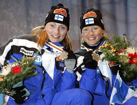 Pirjo Manninen (nyk. Muranen, vas.) ja Riitta-Liisa Lassila (nyk. Roponen) juhlivat parisprintin hopeaa Oberstdorfissa 2005.