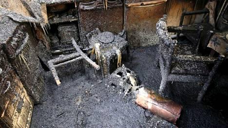 Rivitaloasunto tuhoutui palossa seinä- ja kattorakenteita myöten. Kuvassa Hämeen poliisilaitoksen esitutkintamateriaalia palon jäljistä.