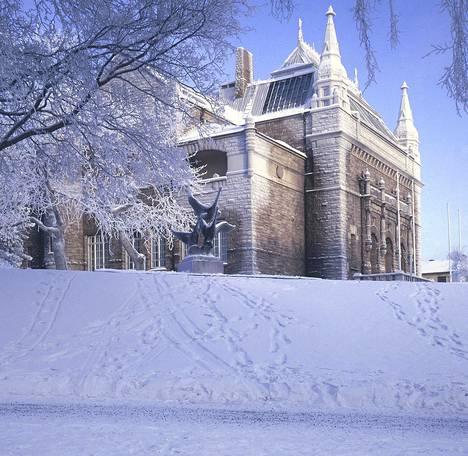 Turun taidemuseo on komea punagraniittinen linna kaupungin parhaalla tontilla.