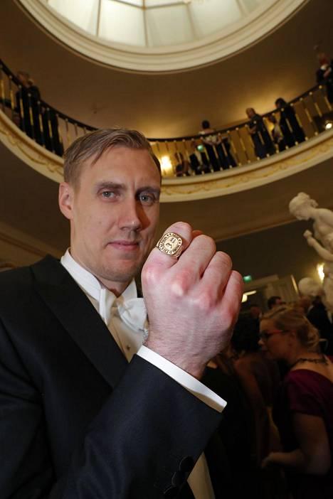 Marko Anttila esitteli MM-sormustaan.