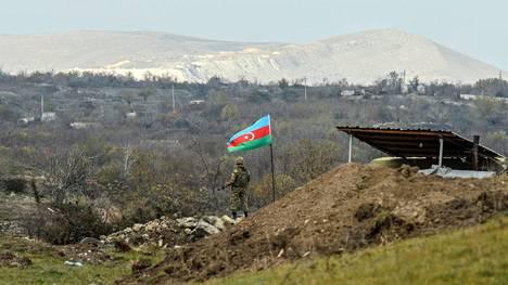 Azerbaidzhanilaissotilas seisoo tarkastuspisteellä Fizulin ja Hadrutin välisellä tiellä.