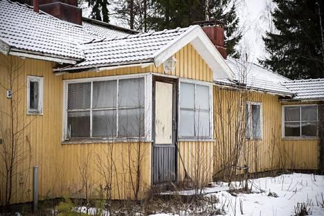 Raahen Lampinsaaressa hylätyssä Kaivoskylässä on useita kymmeniä puisia paritaloja. Osa on kunnostettu, osa jäänyt rempalleen.
