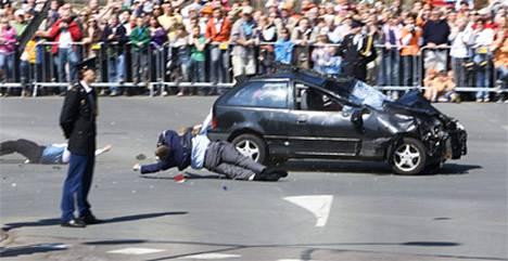 Mustalla Suzukilla tahallaan ihmisiä päin ajanut auto ehti vahingoittaa ainakin 14 henkilöä.