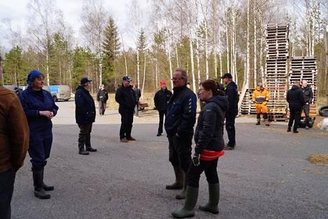 Hallituksen kokoontumisrajoituksia uhmaten pohjoiskarjalaiset viljelijät kokoontuivat tiistaina purkamaan tuntojaan valkoposkihanhien viljelyksilleen aiheuttamista vahingoista Navettavalkean tilalle Tohmajärvelle.