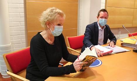 Merja Larivaara saapui käräjäoikeuden valmisteluistuntoon asianajajansa Henri Niemisen kanssa.