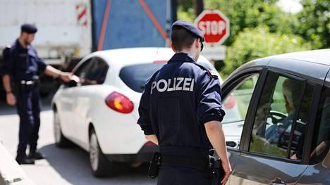 Poliisit tarkastivat kokousalueella autoja jo 2. kesäkuuta. Turvajärjestelyt Bilderberg-kokouksen ympärillä ovat erityisen mittavat.