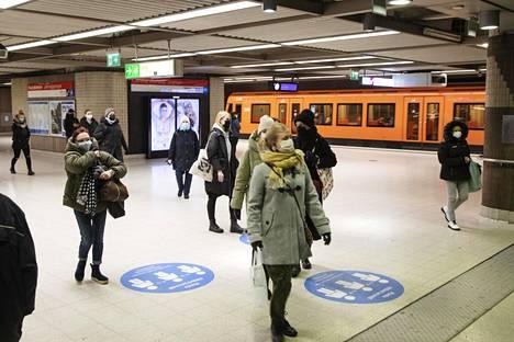 Metrossa oli vain yksittäisiä maskittomia matkustajia.