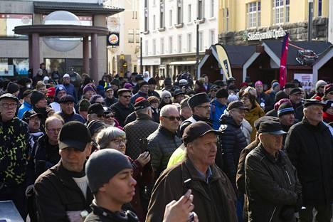 Demarien vaalitilaisuus Oulun Rotuaarilla maanantaina.