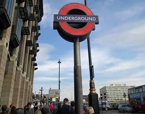 Lontoolaisten sanotaan arvostavan sitä, ettei metrossa tarvitse kuunnella toisten kälättävän matkapuhelimeen.