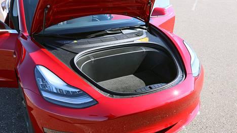 Teslan uudessa Model 3:ssa on runsaasti erikoisuuksia, kuten esimerkiksi kuvan etutavaratila. Verojen ja maksujen kera uuden Kolmosen saa halvimmillaan omakseen 51473 eurolla.