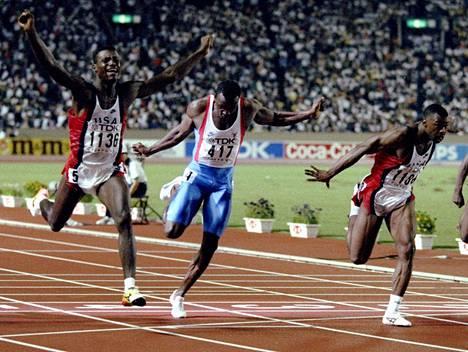 Carl Lewis voitti Tokiossa 1991 satasen MM-kultaa ME-ajalla. Leroy Burrell (oik.) oli toinen ja Linford Christie (kesk.) neljäs.