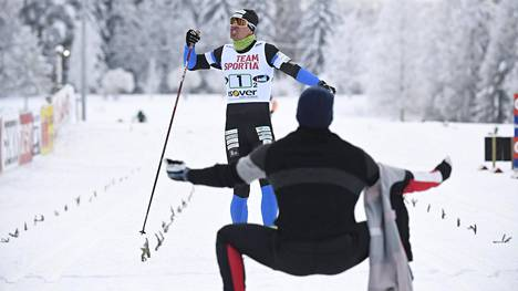 Iivo Niskanen (selin) otti kulta-ankkuri Perttu Hyvärisen avosylin vastaan maalissa.