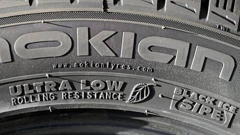 Kuvassa Nokian talvirenkaan vierintävastuksesta ja jääpidosta kertova merkintä vuodelta 2013.