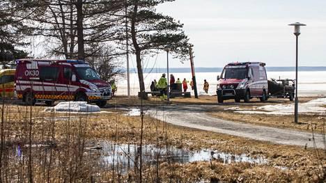 Heikoille jäälle joutuneet saatiin turvaan Oulussa.