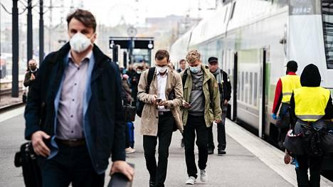 Matkustajia Helsingin rautatieasemalla 1. lokakuuta.
