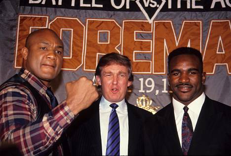 George Foreman (vasemmalla), Donald Trumpin ja Evander Holyfieldin (oikealla) kanssa lehdistötilaisuudessa vuonna 1990. Foreman oli tuolloin 41-vuotias ja hän hävisi 13 vuotta nuoremmalle Holyfieldille.