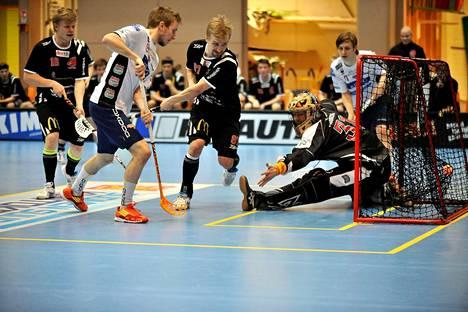 Paul Kotilainen (kesk.) teki toisessa finaalissa kaksi maalia veljensä Peterin (oik.) syötöistä. Tässä hän on ohittanut Happee-vahti Eero Kososen.