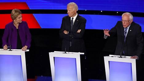 Bernie Sanders (oik.) ja Elizabeth Warren haluaisivat kaikille amerikkalaisille valtion sairausvakuutuksen. Joe Biden (kesk.) kysyi suunnitelman hinnasta.