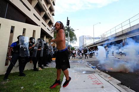 Poliisi ja väkijoukko ottivat yhteen Miamissa, Floridassa.
