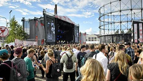 Yleisöä Flow-festivaaleilla Suvilahdessa Helsingissä sunnuntaina 11. elokuuta 2013.