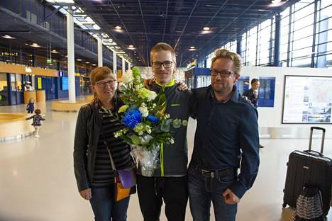 Ensimmäisen maailmanmestaruuden jälkeen Oulun lentokentällä sankaria olivat vastassa Alli-äiti (kuvassa) ja Esko-isä (kuvassa) sekä suurin osa 12-lapsisesta perheestä.