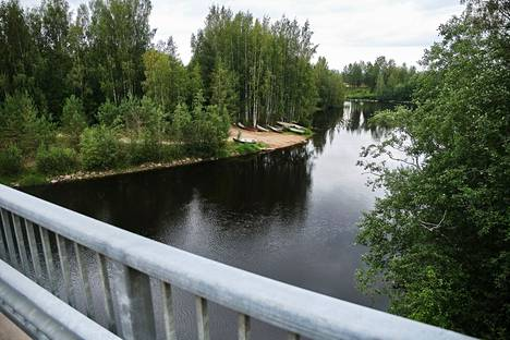 Auton nostopaikka kuvattuna Suojoen sillalta.