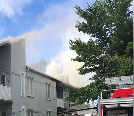 Kaksikerroksinen kerrostalo palaa Vaasassa.