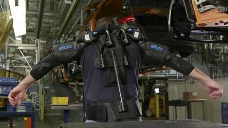 Fordin tehtaalla työntekijät joutuvat pitelemään ylhäällä useamman kilon painoisia työkaluja ja auton osia. Eksoskeletoni antaa lisävoimaa tehdä fyysistä työtä.