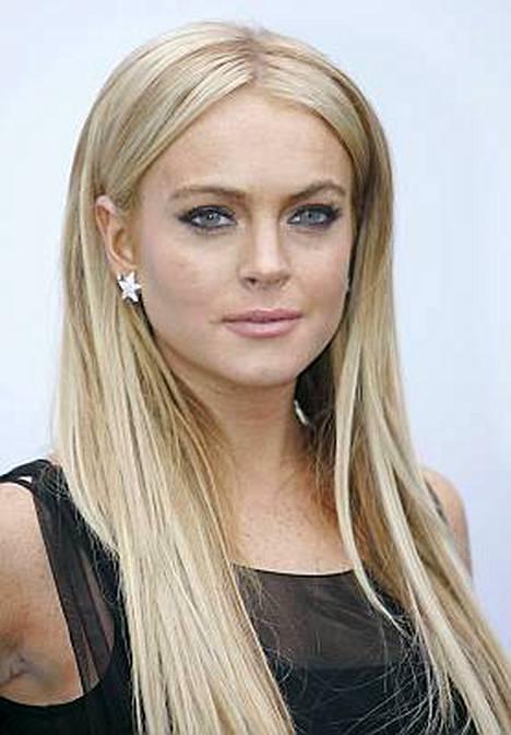 Lindsay Lohan mokaili jälleen humalassa. Neitokainen sammui hotellin aulaan ilman alushousuja.