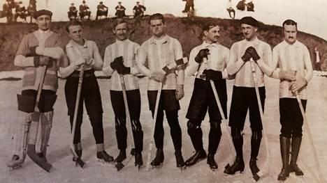 Pariisilaisen CPP-seuran jääkiekkoilijoita talvella 1914. Suomalainen Jussi Björk kuvassa kolmas vasemmalta.