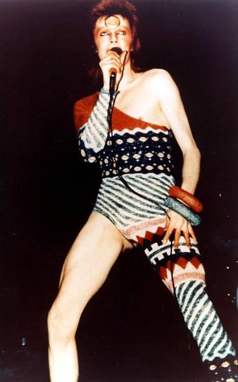 David Bowie Kansai Yamamoton suunnittelemassa värikkäässä esiintymisasussa.