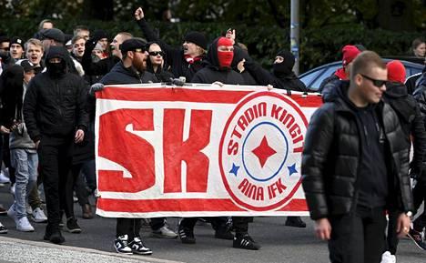 Näin näyttävästi HIFK:n faniryhmä Stadin Kingit saapui stadionille.