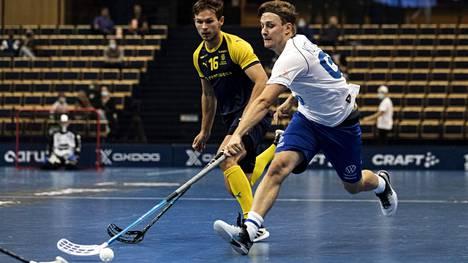 Peter Kotilainen (oik.) taisteli Ruotsia vastaan lauantaina koko ottelun.