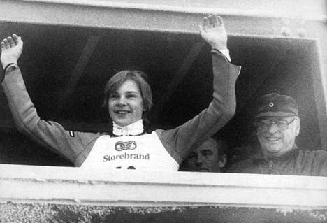 Matti Nykänen juhli voittoaan Oslon MM-kisoissa kuningas Olavin aitiossa.