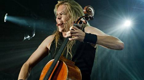 Eicca Toppinen soittaa selloa Apolyptica-yhtyeessä.