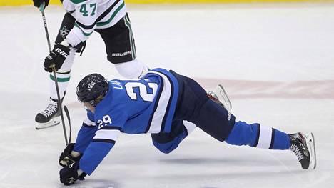 Winnipegin Patrik Laine taisteli Dallasin Alexander Radulovia vastaan maanantain kohtaamisen ensimmäisessä erässä.
