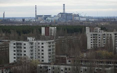 Tshernobylin vieressä sijaitseva Pripjat on ollut autiokaupunkina jo lähes 34 vuotta. Taustalla näkyy räjähtänyt reaktori. Kuva on vuodelta 2006.