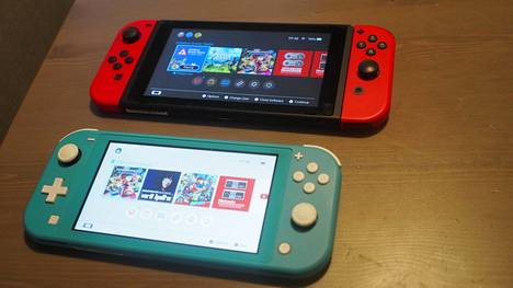 Nintendo Switch Lite (alapuolella) on hieman Nintendo Switchiä pienempi ja kevyempi. Vasemman käden ohjausnapit on vaihdettu aiemmista Nintendo-konsoleista tuttuun ristiohjaimeen, joka parantaa pelituntumaa etenkin tasoloikkapeleissä.