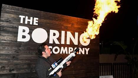 Yleisö pääsi kokeilemaan Ei-liekinheittimiä The Boring Companyn tilaisuudessa joulukuussa 2018.