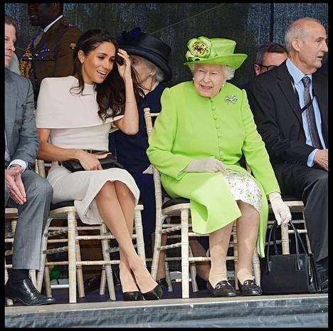 Meghan edusti kesäkuussa Cheshiressä ensimmäistä kertaa ilman prinssi Harrya. Kuningatar Elisabet ja Meghan herättivät huomiota rennolla jutustelullaan ja naurullaan.