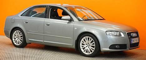 Vanhemman mallinen Audi A4 Sedan Pro Business 2,0 TFSI 147 kW Quattro Tiptronic-automaatti S- vuosimallia 2008 oli myynnissä SAKA Tampereella. Hintapyyntö 195 000 kilometriä ajetusta nelivetoisesta ja 200-hevosvoimaisesta A4-bensasedanista oli 10 900 euroa.