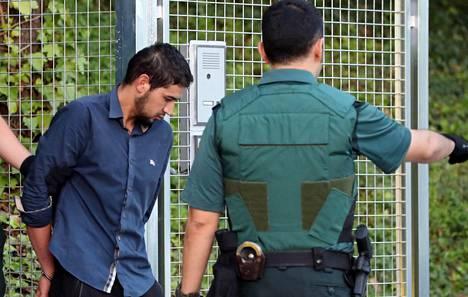 Espanjan iskuista epäilty Salah El Karib matkalla oikeuteen.