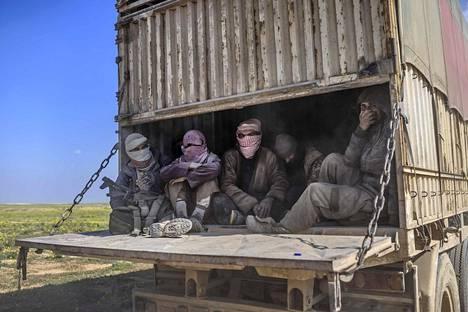Antautuneet. Kurdi-arabirintamalle antautuneita Isisin taistelijoita kuljetetaan pois Baghouzista Syyrian pohjoisosasta. Isisin julistama kalifaatti hallitsee enää pientä aluetta Syyriassa ja on kaatumaisillaan lopullisesti.