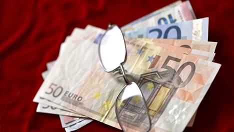 Palkkatöistä eläkkeelle siirryttäessä tulot voivat pudota useita tuhansia euroja kuukaudessa.