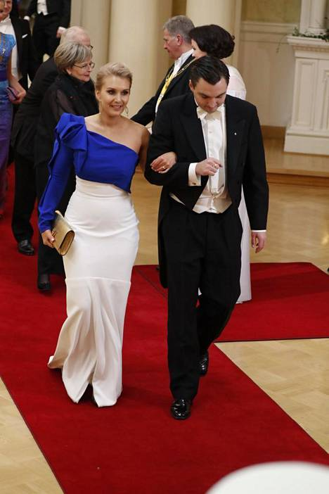 Henriikka Strand saapui Linnaan pukeutuneena sinivalkoiseen unelmaan. Käsipuolessa tuore aviomies kansanedustaja Joakim Strand (rkp).