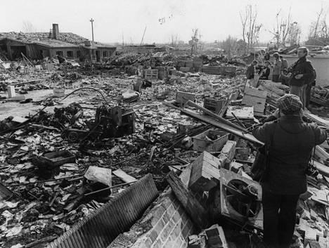 Jokin latauskoneista, mahdollisesti räjähdyksen aiheuttanut Robotti näkyy tuhoutuneen Lataamo 2:n jäänteiden keskellä.