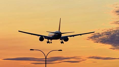 Esimerkiksi lentomatkustaminen aiheuttaa suuren määrän päästöjä.