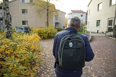 Paavo joutui kokemaan eriarvoistamista myös kodin ulkopuolella. –Kylilläkin puhuttiin, että onko tuo Erkin poika ollenkaan, kun se käveleekin eri tavalla.