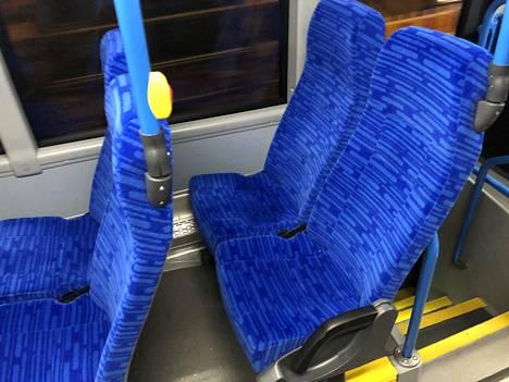 Tältä uudet penkit näyttävät bussin 71 takaosassa.